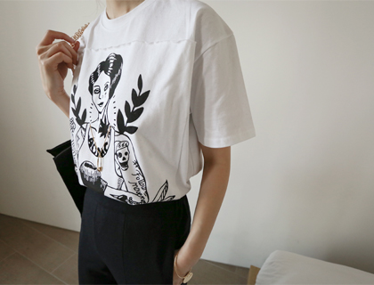 Woman necklace tee