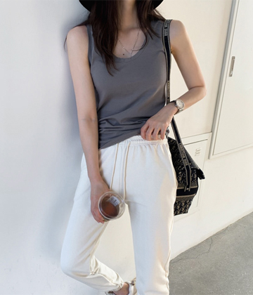 U-neck sleeveless tee